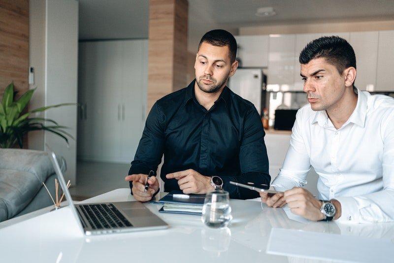 konzultace mezi klientem a odborníkem na digitální marketing