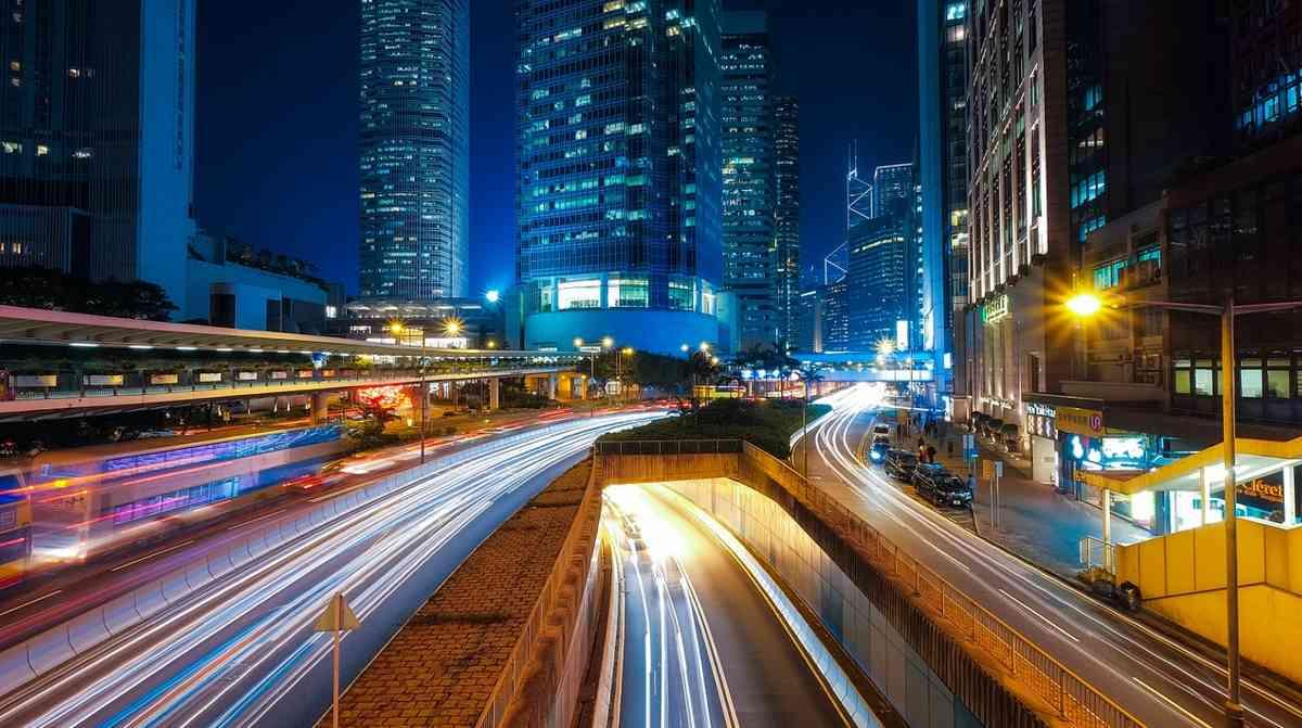 reklamní neony v nočním městě