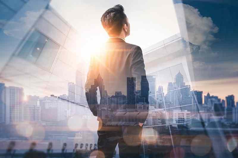 manažer online marketingové agentury promýšlí strategii relkamní kampaně